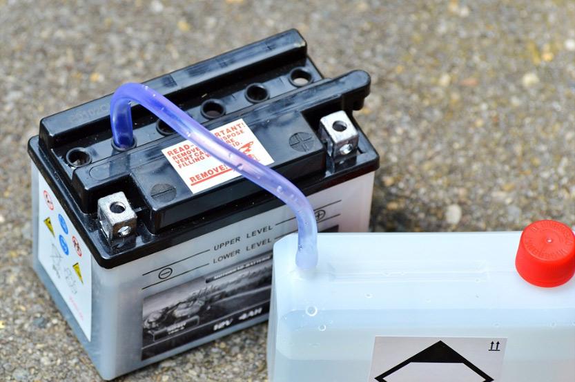 Uzupełnienie płynu w akumulatorze